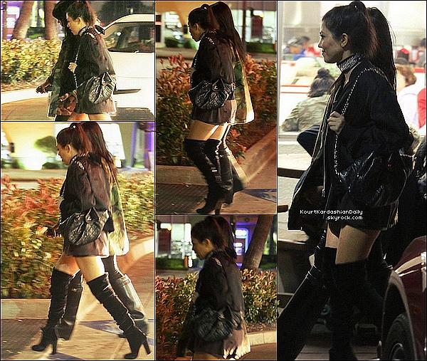 . 2o/o3/2o16 : Kourtney & une amie sont allées au « Concert de Justin Bieber » - à Los Angeles. ● Kourtney porte un Sac Chanel & des Bottes Aquazzura à 355¤.  .