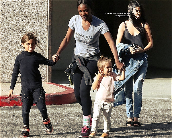 . 29/o3/2o16 : Kourtney, Mason & Penelope ont été vus dans les « Rues de Calabasas » - à Calabasas. ● Kourtney porte une Veste JBrand & des Escarpins Monique Lhuillier à 790¤.  .