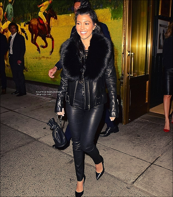 . 11/o4/2o16 : Enfin, Kourtney est allée dîner au « Polo Bar » - à New-York. ● Kourtney porte un Sac Alexander Wang à 510¤.  .