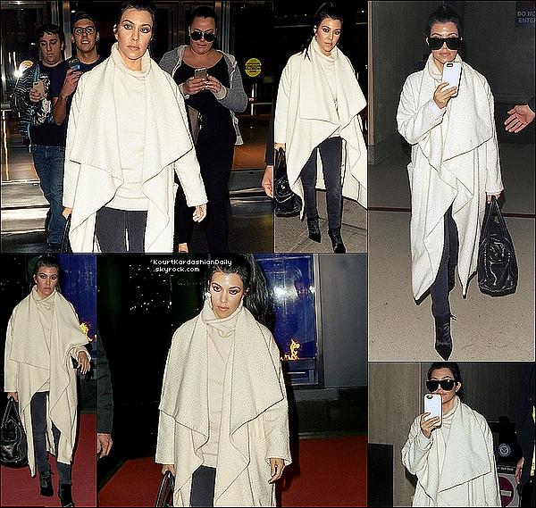 . 12/o4/2o16 : Kourtney a été vue au « JFK Airport » - à New-York. .
