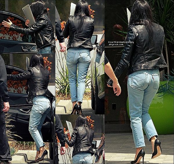 . 10/05/2o16 : Kourtney a été vue dans les « Rues de Calabasas » - à Calabasas. ● Kourtney porte un Jeans Levis.  .