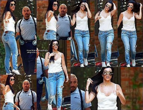 . 12/05/2o16 : Kourtney a emmené Penelope & Reign à un « Cours de Musique » - à Beverly Hills. ● Kourtney porte des Lunettes Victoria Beckham à 875¤ & des Baskets Converses à 45¤.  .