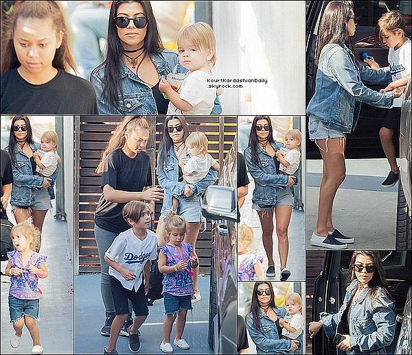 . 14/05/2o16 : Le soir, Kourtney est allée au « Concert de Beyoncé » qui se déroulait au « Rose Bowl » - à Pasadena. ● Kourtney porte une Veste Gucci à 1990¤, un Sac Givenchy à 2165¤ & des Bottes Stuart Weitzman à 755¤.  .
