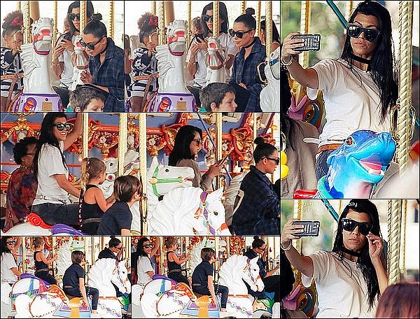 . 19/05/2o16 : Kourtney, Mason, Penelope, Kim & North sont allés à « Disneyland » - à Anaheim. ● Kourtney porte des Baskets Adidas Yeezus à 1565¤.  .
