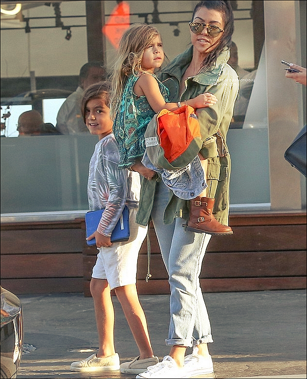 . 30/05/2o16 : Kourtney, Mason & Penelope sont allés au « Mastro's Ocean Club Restaurant » - à Malibu. ● Kourtney porte des Lunettes Westward à 260¤, un Manteau Willow&Clay à 95¤ & des Baskets Converses à 45¤.  .
