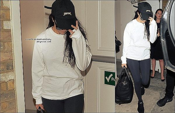 . 08/06/2o16 : Enfin, Kourtney a été vue à « LAX Airport » - à Los Angeles.  ● Kourtney porte une Casquette Yeezus, des Lunettes Yves Saint-Laurent à 300¤, un Pull Life of Pablo à 125¤, un Sac Hermès, une Valise Louis Vuitton à 1700¤ & des Baskets Apl à 150¤.  .