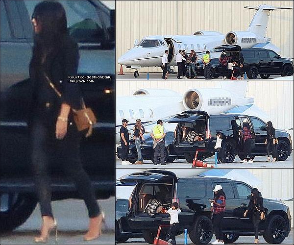 . 1o/o7/2o16 : Plus tard, Kourt, Scott, Mason, Penelope & Reign ont pris un jet privé à « LAX Airport » - à Los Angeles. ● Kourtney porte une Pochette Yves Saint Laurent à 1695¤.  .