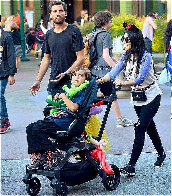 . 15/o6/2o16 : Kourtney & Scott ont emmenés Mason & Penelope à « Disneyland » pour l'anniversaire de North - à Anaheim. ● Kourtney porte un T-Shirt JunkFood à 23¤, un Sac Chanel & des Baskets Apl à 150¤.  .