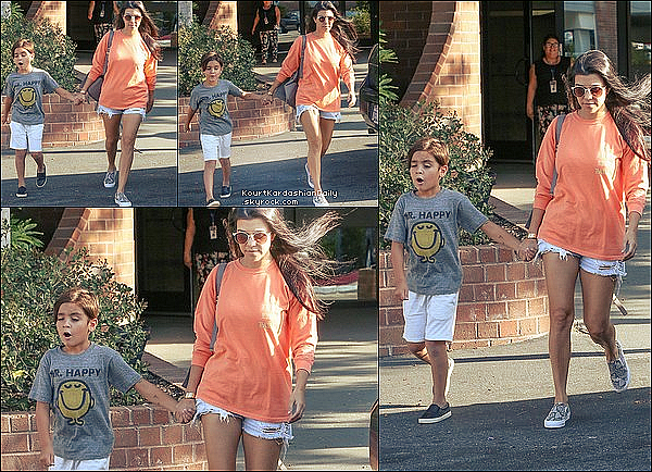 . 21/o6/2o16 : Kourtney a emmené Mason à un « Cours d'Art » - à Woodland Hills. ● Kourtney porte un Pull Life of Pablo, un Sac Proenza Schouler & des Baskets Stuart Weitzman.  ● Penelope porte un T-Shirt Junk Food & des Chaussures AKID.  .