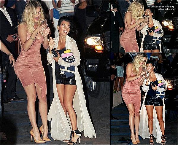 . 26/o7/2o16 : Le soir, Kourtney & Khloé sont sorties dans un « Nightclub » - à San Diego. ● Kourtney porte un Manteau Uptown Duster à 40¤, un Short Chanel à 395¤ & des Escarpins Gianvito Rossi à 1155¤.  .