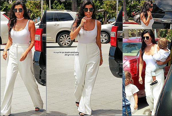 . 27/o7/2o16 : Le soir, Kourtney est allée à « The Nice Guy Restaurant » en compagnie de Don Benjamin - à Los Angeles. ● Kourtney porte un Pull Life of Pablo à 160¤ & des Escarpins Gianvito Rossi à 510¤.  .