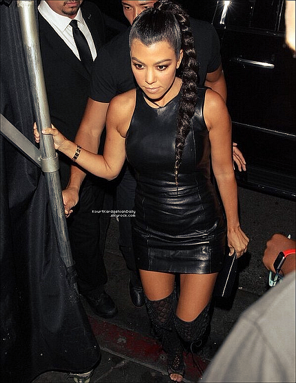 . 31/o7/2o16 : Kourtney est allée à « The Nice Guy Restaurant » pour l'anniversaire de Kylie - à Los Angeles. ● Kourtney porte des Bottes Tom Ford.  .