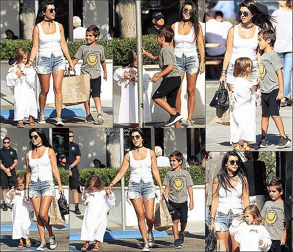 . o7/o8/2o16 : Kourtney a emmenée Mason & Penelope au « Malibu Country Mart » - à Malibu. ● Kourtney porte des Lunettes Dior à 445¤, un Top Knife Tank à 80¤ & des Baskets Converses à 35¤.  .
