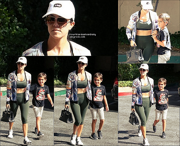 . 16/o8/2o16 : Kourtney a emmené Mason à son « Cours d'Art » - à Woodland Hills. ● Kourtney porte une Casquette Kimoji à 30¤, une Veste Perfect Moment à 270¤, une Brassière Under Armour à 30¤, un Sac Hermès à 21050¤ & des Baskets APL à 165¤.  ● Mason porte un T-Shirt Old Navy, un Pantalon Jagged Culture à 35¤ & des Chaussures Adidas à 70¤.  .