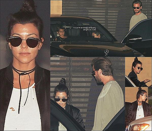 . 21/o8/2o16 : Kourtney & Scott ont emmenés Mason & Penelope « Dîner au Restaurant » - à Malibu. ● Kourtney porte une Veste Yves Saint-Laurent à 2525¤ & des Baskets Converses à 45¤.  .