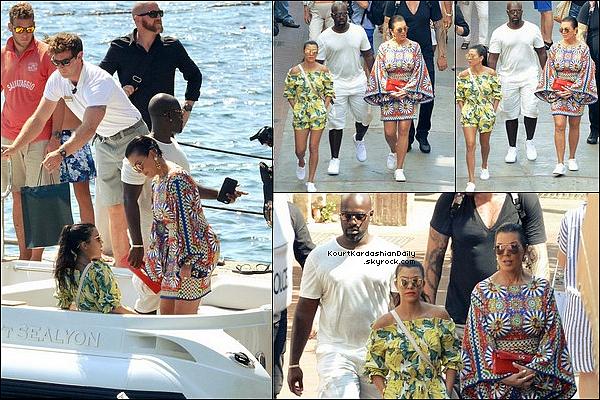 . o2/o9/2o16 : Kourtney, Penelope, Kris & Corey ont été vus sur « Un Bâteau » - à Capri. ● Kourtney porte un Maillot de Bain Calvin Klein à 160¤, une Robe Love Culture à 35¤ & des Baskets Vans à 45¤.  .