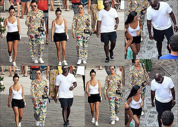 . o3/o9/2o16 : Kourt, Pe, Kris & Corey sont allés « Dîner au Resto » puis ils sont allés « Visiter la Ville » - à Capri. ● Kourtney porte un Body Wolford à 215¤, un Short Express à 70¤, un Sac Givenchy & des Baskets Gucci à 555¤.  .