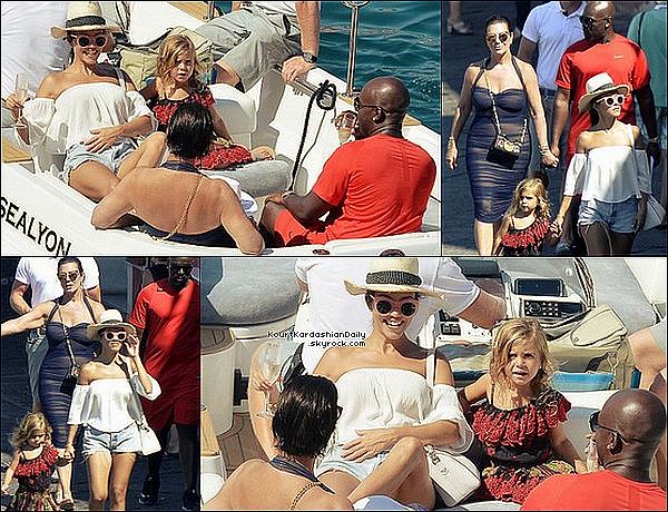 . o4/o9/2o16 : Kourt, Pe, Kris & Corey ont été vus sur un « Yacht » puis ils sont allés « Visiter la Ville » - à Ponza. ● Kourtney porte un Maillot de Bain Norma Kamali, un Sac Givenchy & des Baskets Vans à 45¤.  .