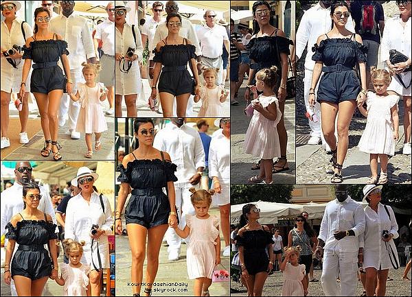 . o5/o9/2o16 : Kourt, Pe, Kris & Corey ont été vus sur un « Yacht » puis ils sont allés « Visiter la Ville » - à Portofino. ● Kourtney porte des Lunettes Celine, un Maillot de Bain Norma Kamali à 230¤, un Sac Dolce&Gabbana & des Sandales Loeffler Randall à 205¤ puis des Chaussures Gucci à 570¤.  ● Penelope porte un Sac Gucci & des Chaussures Vans à 30¤.  .