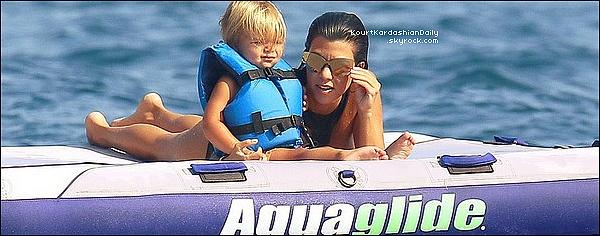 . o8/o9/2o16 : Kourt,ses enfants, Kris & Corey étaient sur un « Yacht » - à Monaco. ● Kourtney porte un Maillot de Bain La Perla à 565¤ & des Chaussure Gucci à 570¤.  .