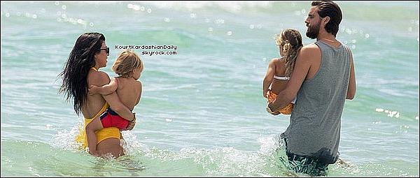 . 14/o9/2o16 : Puis, Kourtney & Scott ont emmenés leurs enfants à la « Plage ». - à Miami. ● Kourtney porte un Maillot de bain Eres à 345¤.  .