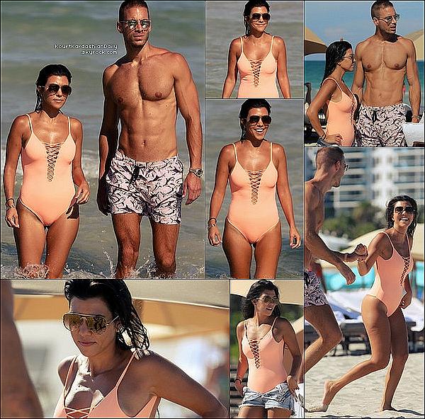 . 17/o9/2o16 : Kourtney a été vue « Quittant son Hôtel ». - à Miami. ● Kourtney porte des Lunettes Dior à 440¤, un Short Levis & des Baskets Gucci.  .