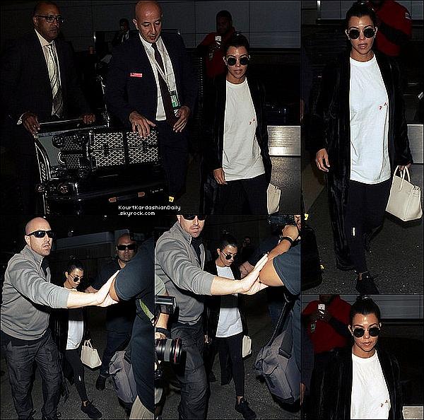 .  o3/1o/2o16 : Kourtney a été vue à « LAX Airport » - à Los Angeles. ● Kourtney porte un Pull Kanye West à 20¤, une Veste ALC à 969¤, un Sac Mansur Gavriel à 980¤, un Sac Hermès, un Pantalon Gracedbygrit & des Baskets Apl à 125¤.  .