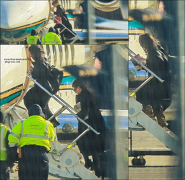 . 22/11/2o16 : Plus tard, Kourtney a été vue « Arrivant à Los Angeles » - à Los Angeles. ● Kourtney porte un Pantalon Yeezus.  .
