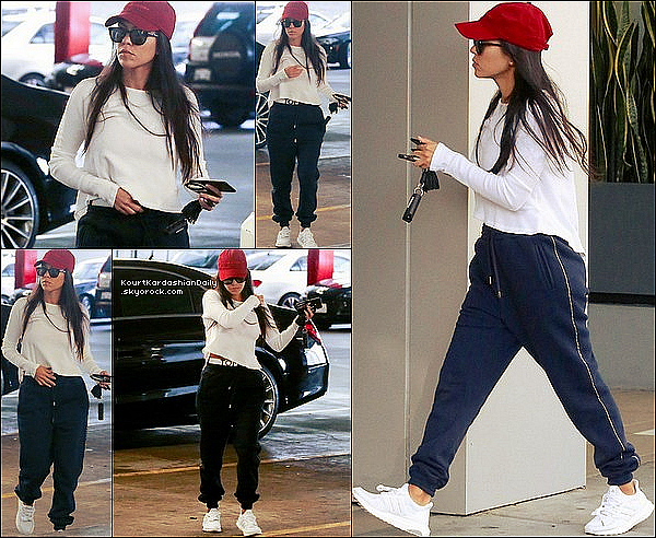 . 23/11/2o16 : Kourtney est allée rendre visite à Kanye West au « UCLA Medical Center » - à Beverly Hills. ● Kourtney porte une Ceinture Tommy Hilfiger & des Baskets Adidas à 90¤.  .