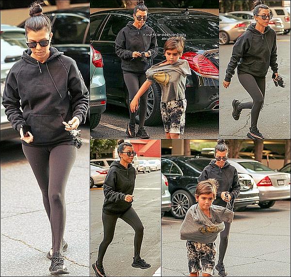 . 29/11/2o16 : Kourtney a emmené Mason à un « Cours d'Art » - à Los Angeles. ● Mason porte un T-Shirt Junk Food.  .