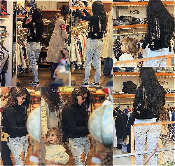 . 13/12/2o16 : Enfin, Kourtney a emmenée Mason à un « Cours d'Art »  - à Calabasas. ● Kourtney porte des Lunettes Garrett Leight à 325¤, un Pull Wolford à 240¤, un Sac Gucci à 1210¤, un Jeans Good American à 205¤ & des Baskets Vans à 55¤.  .
