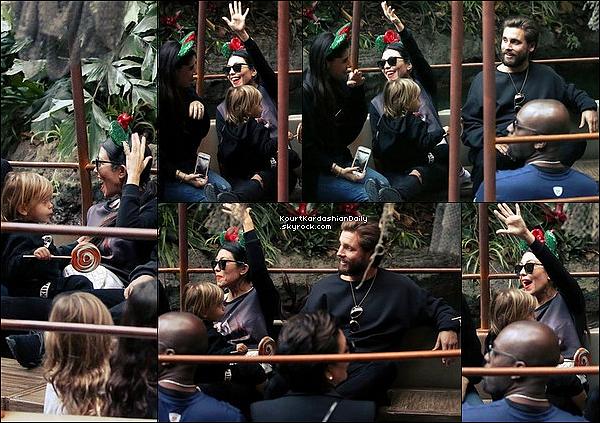 . 14/12/2o16 : Kourt & Scott ont emmenés leurs enfants à « Disneyland » pour l'anniversaire de Mason & Reign  - à Anaheim. ● Kourtney porte des Lunettes Yves Saint-Laurent à 300¤, un Pull MLM à 140¤, un Sac Chanel & des Baskets Adidas à 1435¤.  ● Reign porte des Baskets Yeezy à 35¤.  .