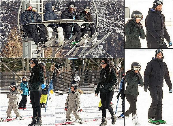 . 29/12/2o16 : Kourtney, Scott, Mason & Penelope sont allés « Faire su Ski » - à Aspen. ● Kourtney porte des Lunettes Rick Owens & des Boots Yeezy.  .