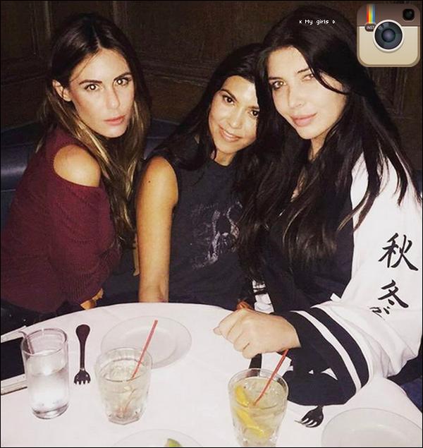 . o4/o1/2o17 : Kourtney & des amies sont allées dîner au « Craig's Restaurant » - à West hollywood. ● Kourtney porte une Veste Unravel à 1630¤, un Sac Louis Vuitton à 1810¤ & un Pantalon JBrand à 960¤.  .