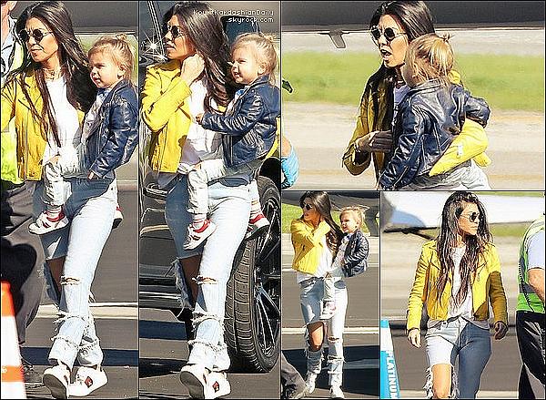 . 26/o1/2o17 :Puis, Kourtney, Mason, Penelope & Reign ont été vus prenant un « Jet Privé » - à Los Angeles. ● Kourtney porte un Jeans Good American à 190¤ & des Baskets Gucci à 580¤.  .
