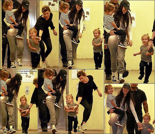 . 31/o1/2o17 : Kourtney a emmenée ses enfants à un « Cours d'Art » - à Calabasas. ● Kourtney porte une Casquette Life of Pablo à 15¤ & des Baskets Vans à 50¤.  .