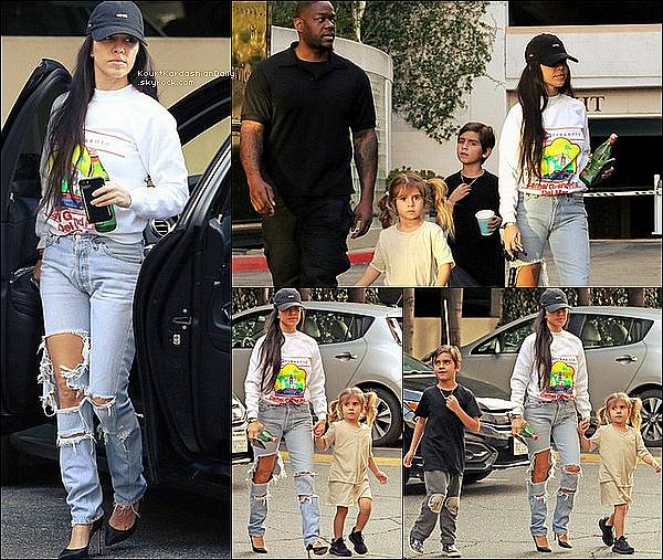 . 15/o2/2o17 : Kourtney a emmenée Mason & Penelope à un « Cours de Musique » - à Calabasas. ● Kourtney porte un Jeans Good American à 165¤.  .