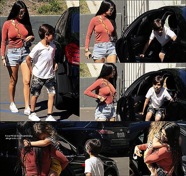 . 11/o3/2o17 : Kourtney a emmenée Mason & Penelope à « Carrara Pastries Bakery » - à Moorpark. ● Kourtney porte un Short Re/Done à 175¤ & des Baskets Converses à 50¤.  .
