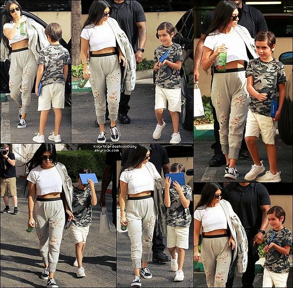 . 14/o3/2o17 : Kourtney a emmenée Mason à un « Cours d'Art » - à Woodland Hills. ● Kourtney porte des Lunettes Yves Saint-Laurent à 350¤, une Veste Off-White à 1130¤ & des Baskets Vans.  .