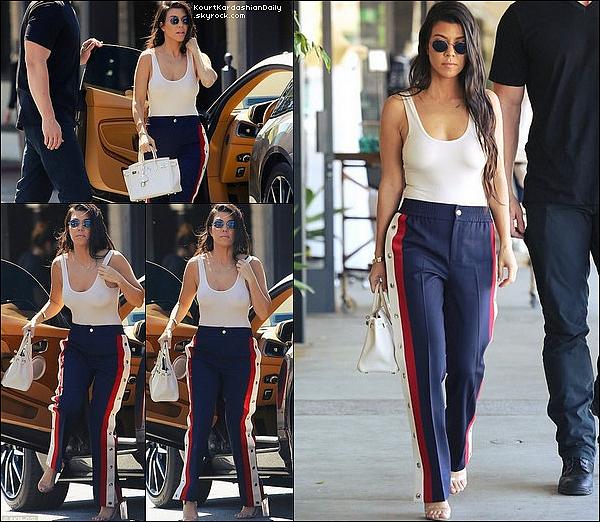 . 15/o3/2o17 : Kourtney est allée au « Whizin Market » - à Agoura Hills. ● Kourtney porte un Pantalon Gucci à 1845¤.  .