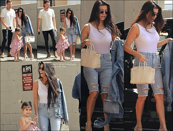 . 19/o3/2o17 : Le soir, Kourtney, Khloé & Kris sont allées voir un « Match de Basket » - à Los Angeles. ● Kourtney porte un Pull Yeezus & un Sac Louis Vuitton à 1960¤.  .