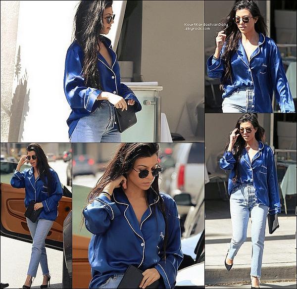 . 2o/o3/2o17 : Kourtney a été vue se rendant au « Restaurant » - à Beverly Hills. ● Kourtney porte un Haut de Pyjama Olivia Von Halle à 420¤.  .