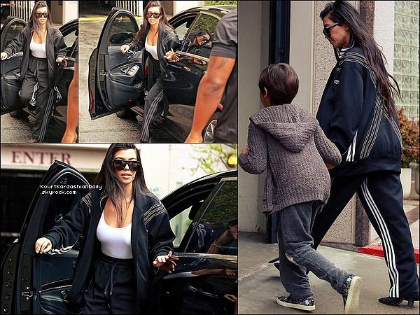 . 21/o3/2o17 : Kourtney a emmenée Mason a un « Cours d'Art » - à Woodland Hills. ● Kourtney porte une Veste Adidas à 250¤.  .