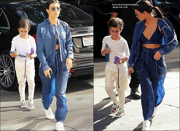 . 28/o3/2o17 : Le soir, Kourtney & Kim sont allées « Dîner au Restaurant » - à Beverly Hills. ● Kourtney porte une Casquette Balenciaga & un Sac Louis Vuitton à 1960¤.  .