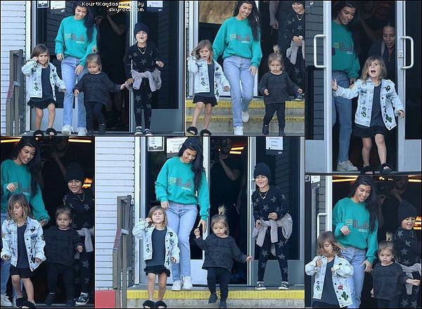 . 13/o4/2o17 : Le soir, Kourtney & Scott sont allés au « Soho House Restaurant » - à Malibu. ● Kourtney porte un Sac Hermès à 8100¤, une Ceinture Gucci & des Escarpins Gianvito Rossi à 395¤.  .
