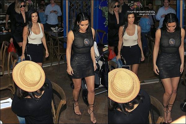 . 2o/o4/2o17 : Le soir, Kourtney est allée au « Chateau Marmont Restaurant » - à West Hollywood.● Kourtney porte des Escarpins Givenchy à 1025¤.   .