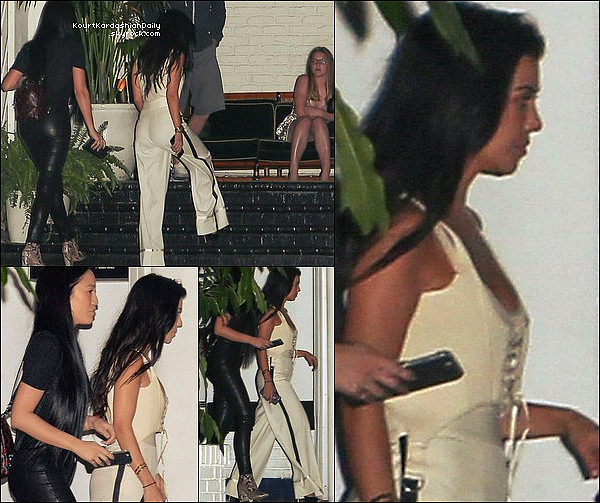 . 2o/o4/2o17 : Le soir, Kourtney est allée au « Chateau Marmont Restaurant » - à West Hollywood.● Kourtney porte des Escarpins Givenchy à 1025¤.   .