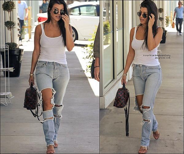 . o2/o5/2o17 : Enfin, Kourtney a été vue dans les « Rues de Calabasas » - à Calabasas. ● Kourtney porte un Sac Louis Vuitton à 1960¤, un Jeans Good American & des Escarpins Stuart Weitzman à 365¤.   .