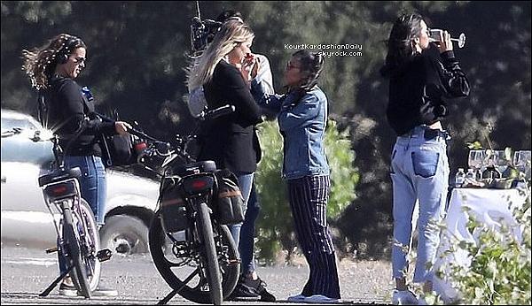. 12/o5/2o17 : Kourtney & Khloé sont allées « Rendre Visite » à Kendall - à Santa Barbara. ● Kourtney porte un Pantalon 3x1 à 225¤.  .