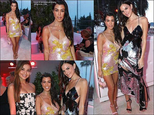 . 21/o5/2o17 : Le soir, Kourtney est allée à la « Premiere de Wonders of the Sea » durant le Festival de Cannes - à Cannes. ● Kourtney porte une Robe Blumarine, une Pochette Fendi & des Escarpins Gucci à 615¤.  .